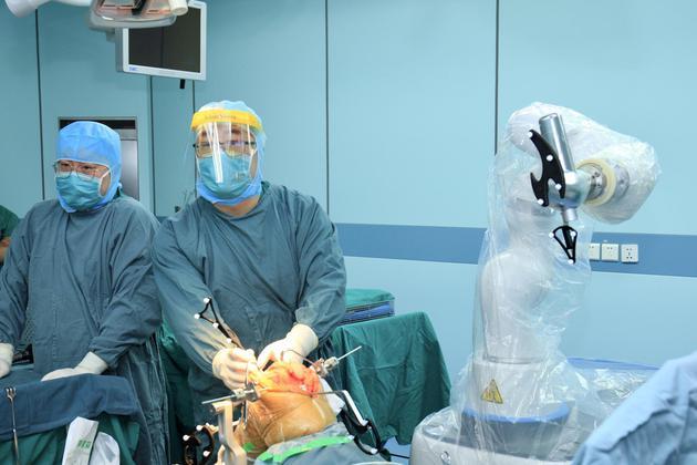 中国第一例机器人全膝人工关节置换手术取得成功进行