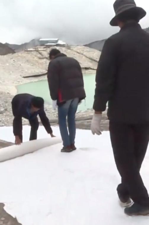 """科研人员试验为冰川""""盖被子""""减缓消融"""