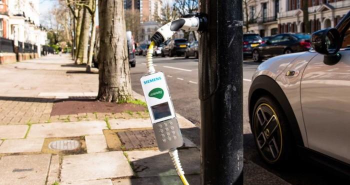 英国新建第一条电动大道 路灯充当充电桩为电动汽车充电