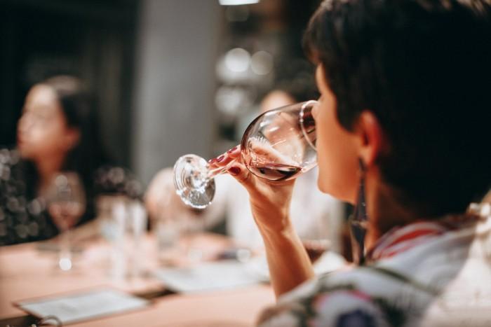 适度的酒精可能有助于通过平静大脑中的压力信号来保护心脏