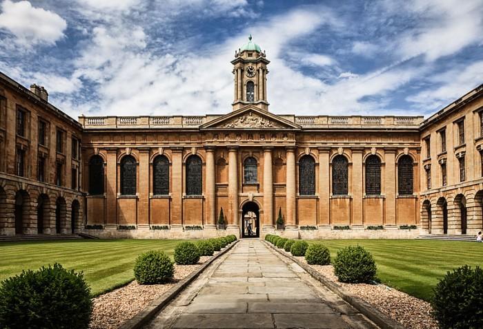 800px-Oxford_university_The_Queen's_College_by_Fenlio.jpg