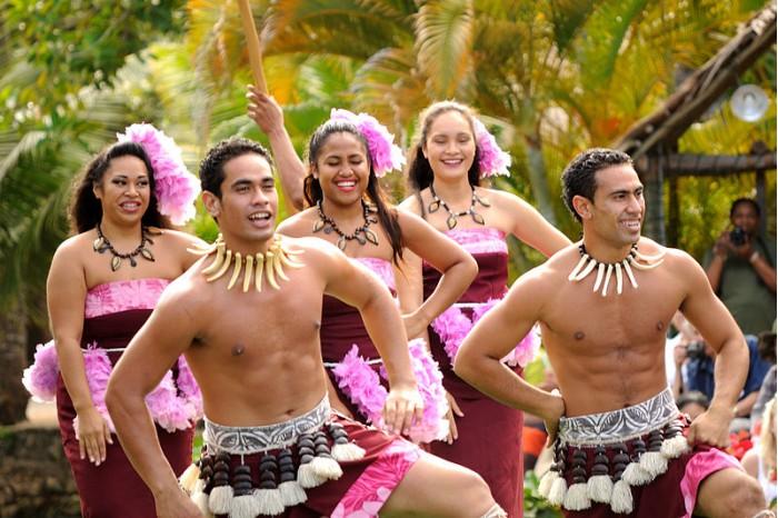 800px-Polynesian_Cultural_Center_-_Canoe_Pageant_(8328364423).jpg