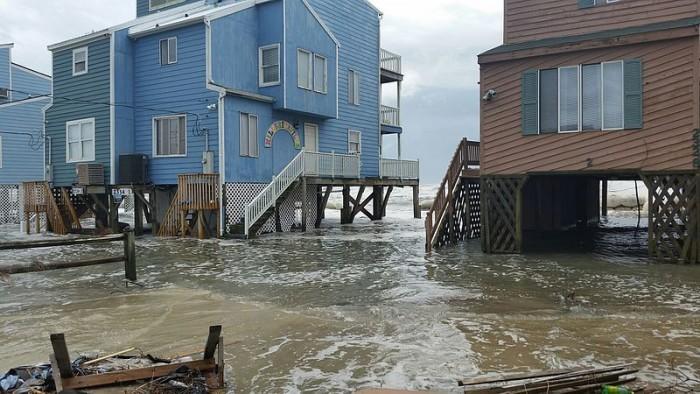 800px-Coastal_flooding_at_Outer_Banks,_North_Carolina,_on_October_5,_2015.jpg