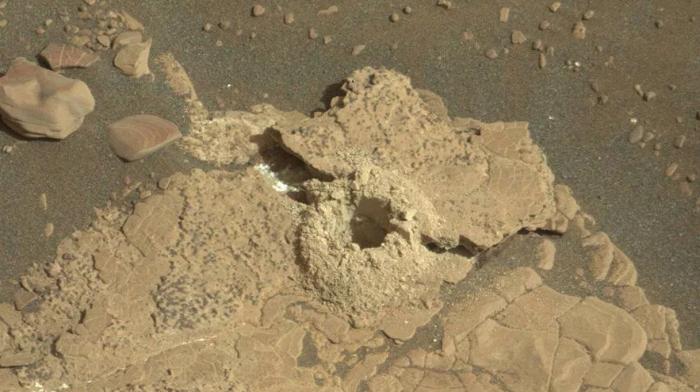 NASA好奇号的钻头意外钻裂了火星岩石