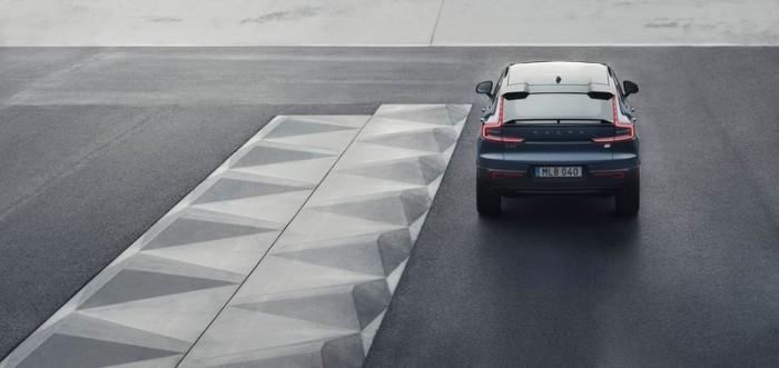 04_Volvo_C40Recharge_rear_driving_WS.jpg