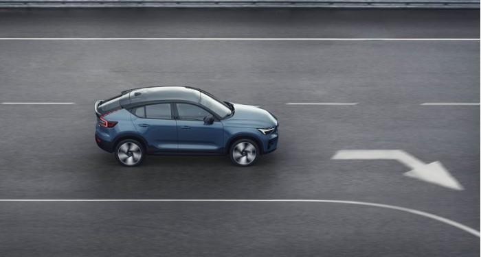 03_Volvo_C40Recharge_profile_driving.jpg