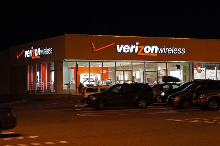 1599px-Verizon_Wireless_store.jpg