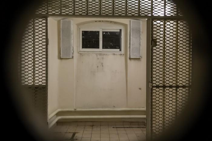 Cellule_du_quartier_d'isolement_de_la_prison_Jacques-Cartier,_à_travers_le_judas,_Rennes,_France.jpg