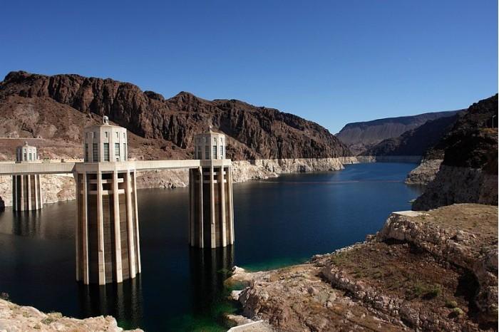 800px-Hoover_Dam,_Lake_Mead_(3467681225).jpg