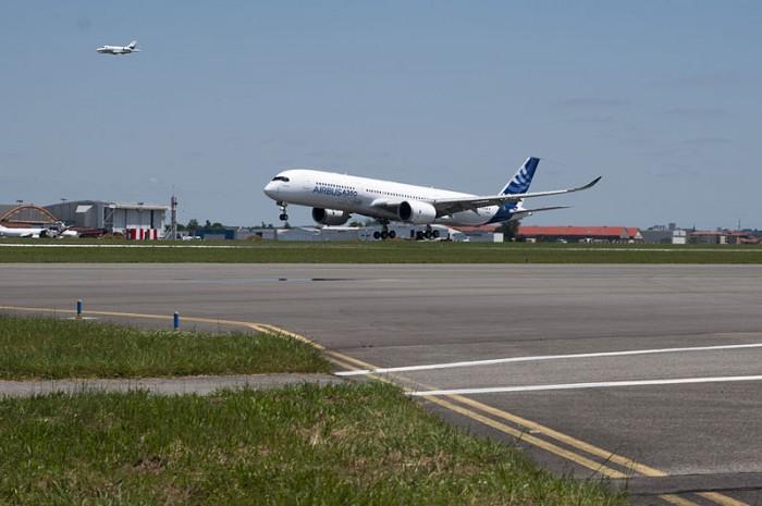 800px-A350_First_Flight_-_Landing_01.jpg