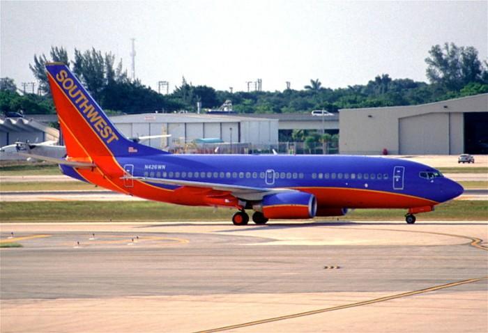 800px-247dk_-_Southwest_Airlines_Boeing_737-7H4,_N426WN@FLL,20.07.2003_-_Flickr_-_Aero_Icarus.jpg