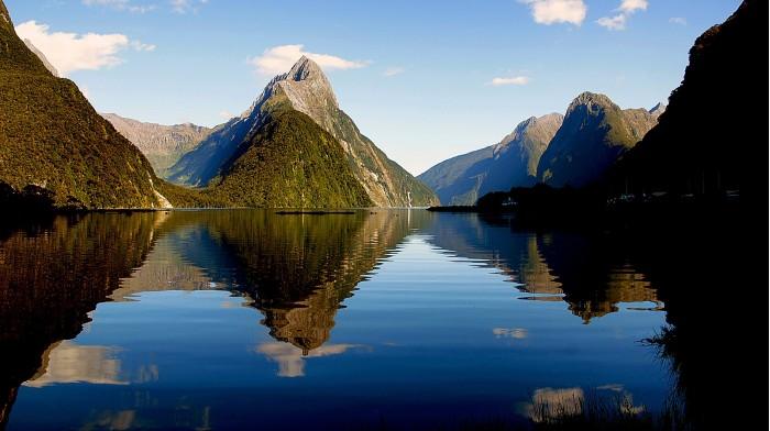 1600px-Milford_Sound_New_Zealand._(14848990805).jpg