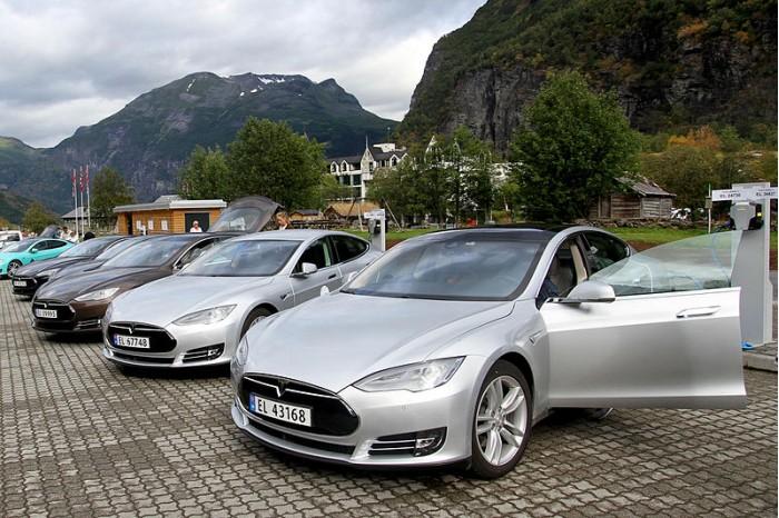 800px-Five_Tesla_Model_S_electric_cars_in_Norway.jpg
