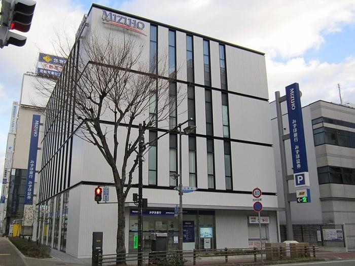 800px-Mizuho_Bank_Amagasaki_Branch.jpg