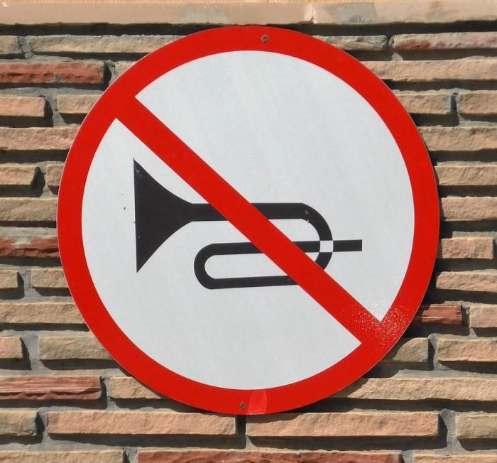 road-sign-trumpet-horn-ban-klaxon.jpg