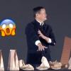 马云道农会表演惊悚魔术:拉着小姐姐的手就往下按