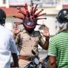 """为警示民众 印度一警察佩戴""""新冠病毒""""头盔巡逻"""