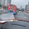 一男子扒在公交车后面免费蹭车 网友:他以为自己是成龙