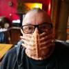 国外设计师晒抱脸虫口罩 紧吸嘴部效果逼真又恐怖