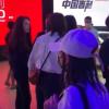 """女子北京车展吉利展台""""维权"""":高呼没人管我 后被壮汉用黑布抬走"""