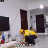 外卖小哥定时遛狗的视频走红 顾客:家里有监控很放心