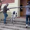 俄勒冈校企展示双足机器人黑马Cassie:跌跌撞撞爬楼梯 就是摔不倒